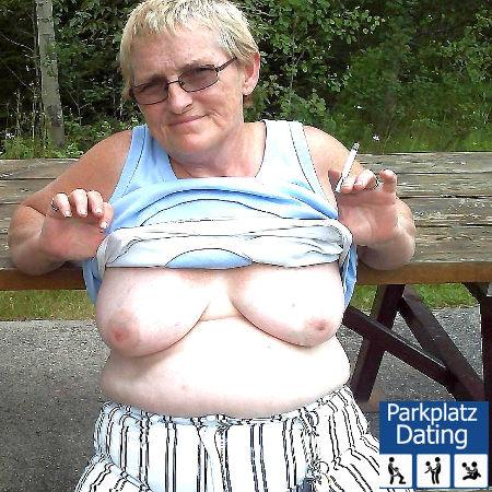 Alte Oma mit Kippe in der Hand zeigt ihre Hängetitten