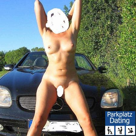 Junge Schlampe nackt vorm Mercedes Cabrio