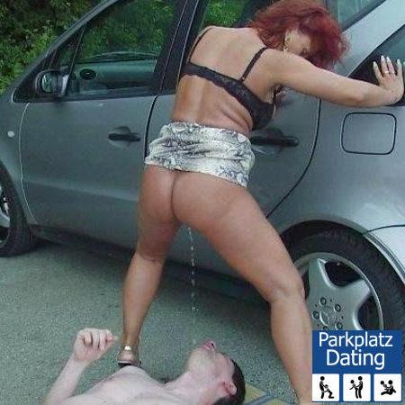 Reife Dame pisst Typen, der auf dem Parkplatz liegt, ins Maul