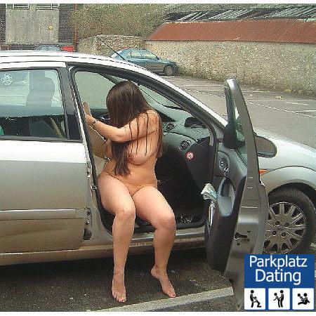 Nackte Swinger Lady auf dem Beifahrersitz im Auto