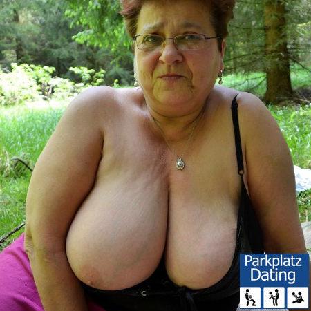 Alte Oma mit nackten fetten Hängetitten am Parkplatz