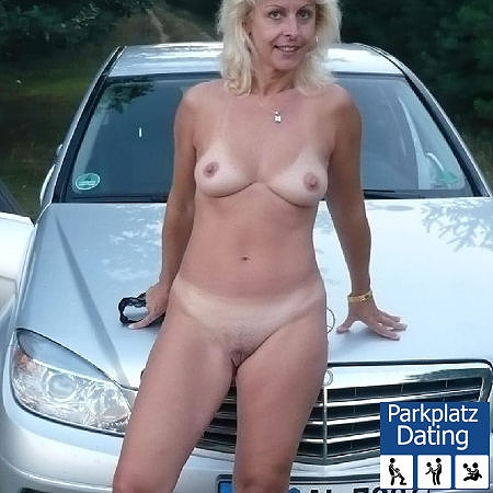 Nackte Reife Hausfrau vorm Benz
