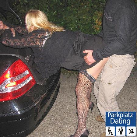 Swingerpaar beim Parkplatzficken hinterm Auto